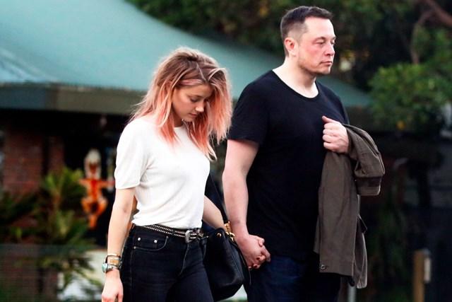 Khi hẹn hò, Musk cũng mặc trang phục đơn giản, màu trung tính, không họa tiết. Trong ảnh, Elon Musk cùng người tình một thuở - Amber Heard. Ảnh:TMZ.