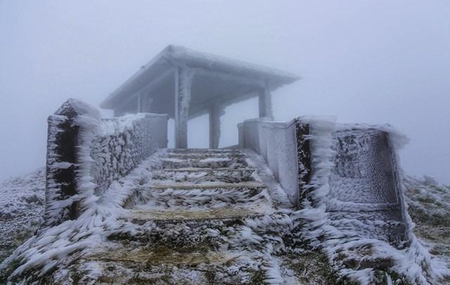 Với nhiệt độ -1,4 độ C vào đêm qua và tiếp tục xuống thấp, Mẫu Sơn được dự báo sẽ xuất hiện mưa tuyết, băng giá. Ảnh:Khánh Huyền.