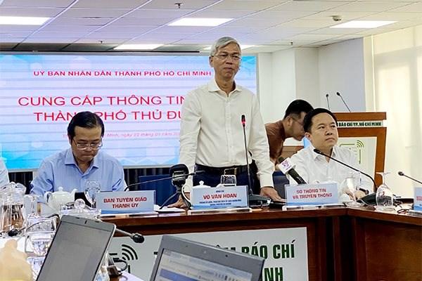 Phó chủ tịch UBND TP HCM Võ Văn Hoan (người đứng) thông tin về hoạt động của Thành phố Thủ Đức. Ảnh: Lê Anh