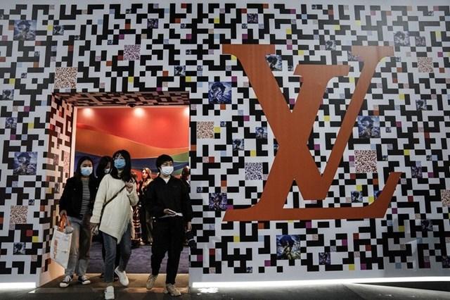 Phụ nữ trẻ ở Trung Quốc nhìn những hình mẫu xuất hiện trên phim truyền hình để học theo thời trang, phong cách sống. Ảnh: Reuters.
