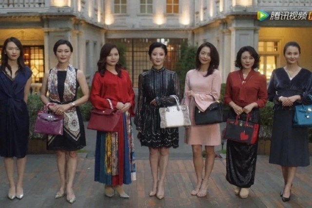Phân cảnh trong phim Nothing But Thirty, khi một phụ nữ trong nhóm bị những người còn lại khinh rẻ vì xách túi hiệu không cùng đẳng cấp. Ảnh: Sina.
