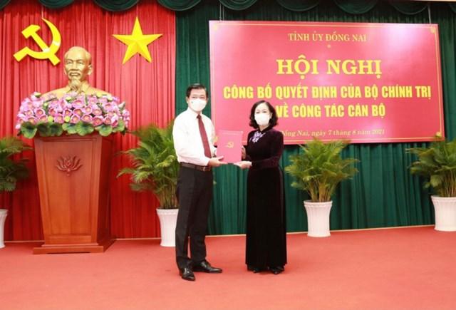 Bà Trương Thị Mai trao quyết định điều động ông Nguyễn Hồng Lĩnh làm Bí thư Tỉnh ủy Đồng Nai.