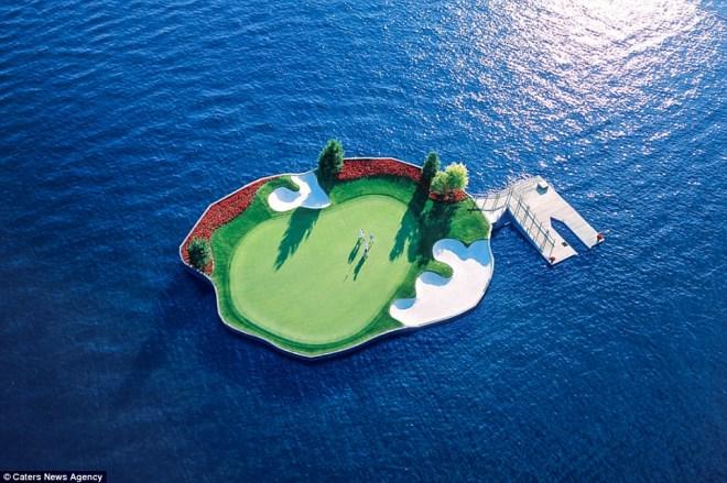 Trải nghiệm chơi golf trên sân trôi vô định giữa hồ độc nhất nước Mỹ - Ảnh 1