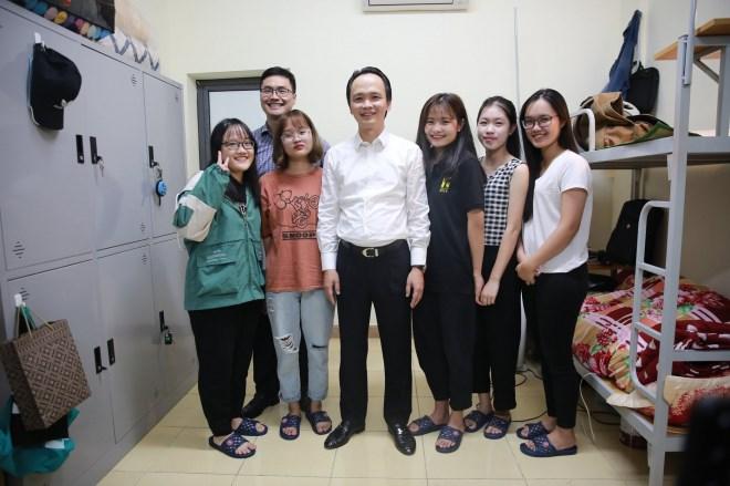 Chủ tịch FLC Trịnh Văn Quyết về thăm mái trường xưa, xúc động khi bước chân vào căn phòng ký túc xá thời sinh viên - Ảnh 3