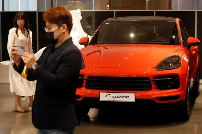 Giới đại gia Hàn Quốc đổ xô sắm xe sang, Porsche và BMW không có đủ để bán - Ảnh 1