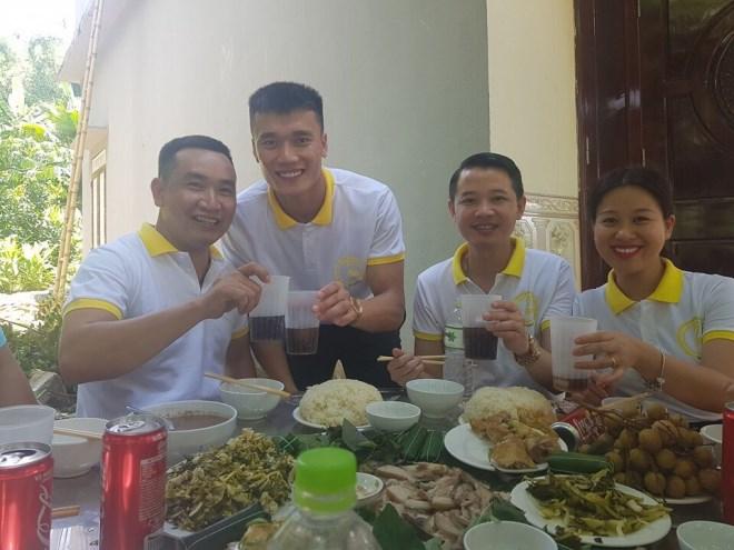 Doanh nhân Phạm Hữu Tuấn cùng thủ môn Bùi Tiến Dũng chung tay thiện nguyện tại ngôi trường mà Dũng từng học - Ảnh 6