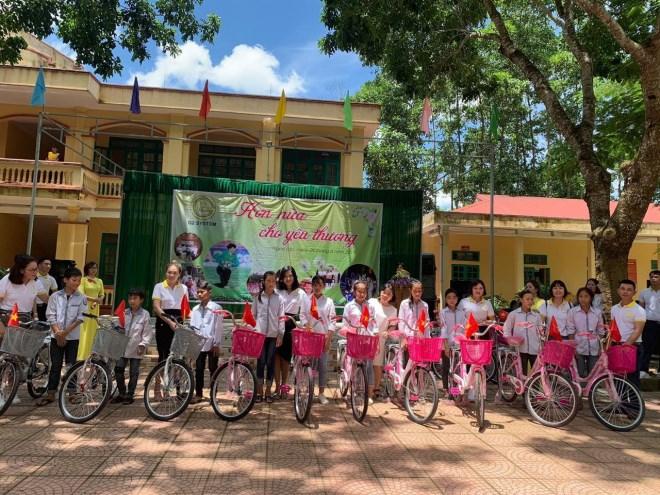 Doanh nhân Phạm Hữu Tuấn cùng thủ môn Bùi Tiến Dũng chung tay thiện nguyện tại ngôi trường mà Dũng từng học - Ảnh 3