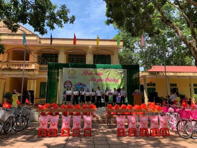 Doanh nhân Phạm Hữu Tuấn cùng thủ môn Bùi Tiến Dũng chung tay thiện nguyện tại ngôi trường mà Dũng từng học - Ảnh 1