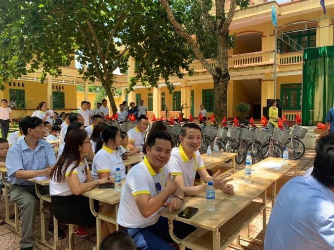 Doanh nhân Phạm Hữu Tuấn cùng thủ môn Bùi Tiến Dũng chung tay thiện nguyện tại ngôi trường mà Dũng từng học - Ảnh 4